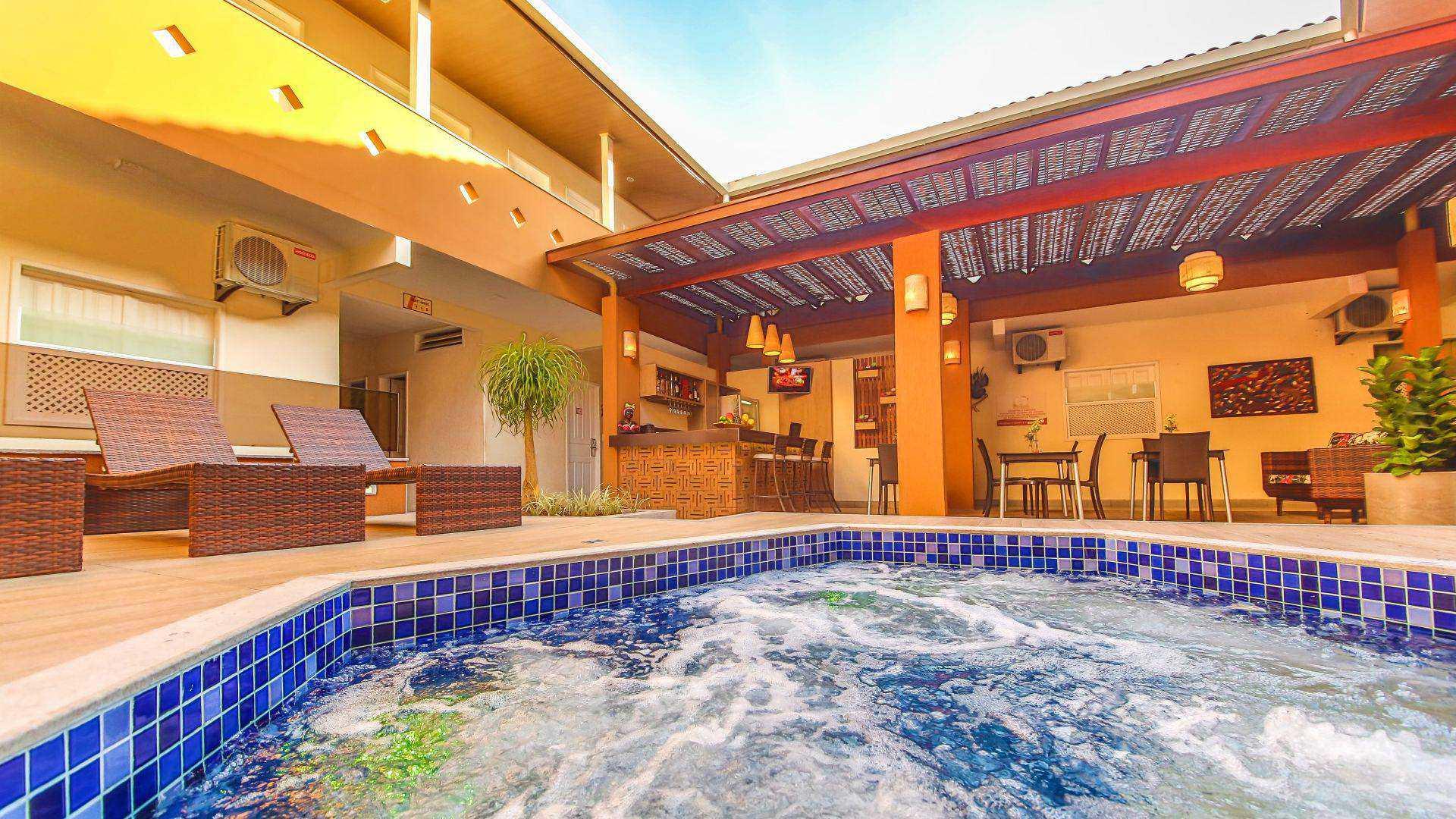 Hotel no Centro de Porto Seguro com 3 jacuzzis e com piscina panorâmica.
