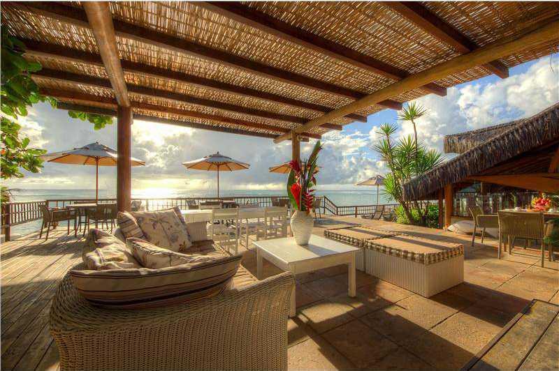 Area do restaurante com vista para o mar.