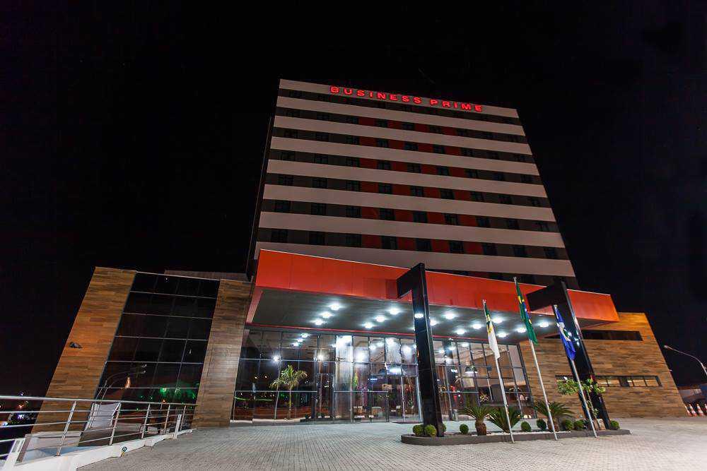 A vinte minutos do Aeroporto Marechal Rondon e próximo à Shoppings Centers