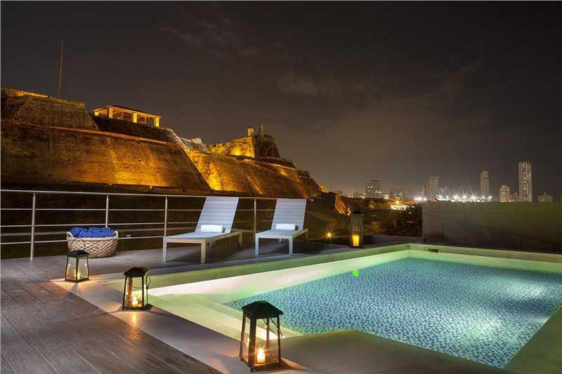 Habitacion de 44 Mts², Cama King Size + 1 Sofa Cama, Terraza y vista al Castillo de San Felipe