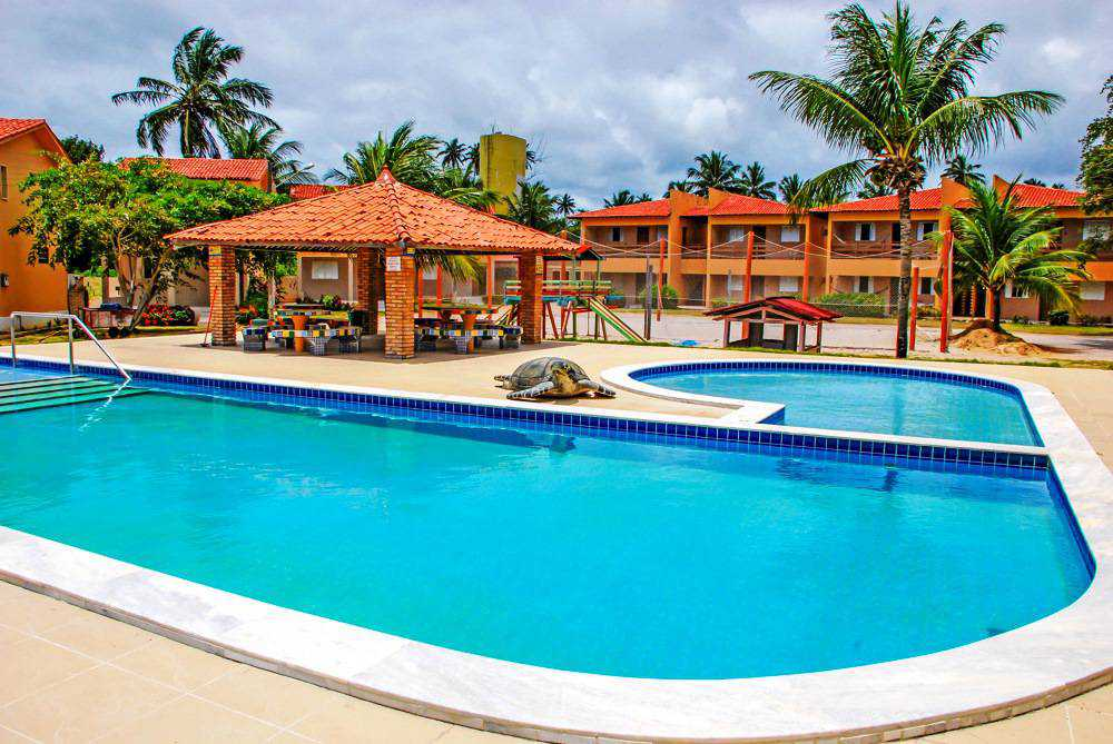 Located on the seafront of Peroba Beach, it offers a swimming pool, sports court, barbecue and games room