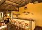 área de deck com mini cozinha americana da Suite Panor6amica