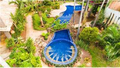 Jardim, piscina e hidromassagem.