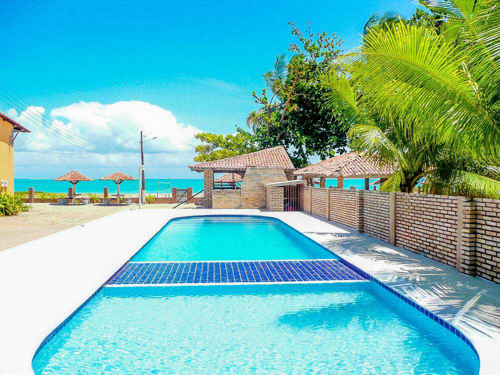 Located in front of the white sands of Peroba beach. It has furnished chalets by the sea with free of charge for children and an excellent leisure area for the whole family.