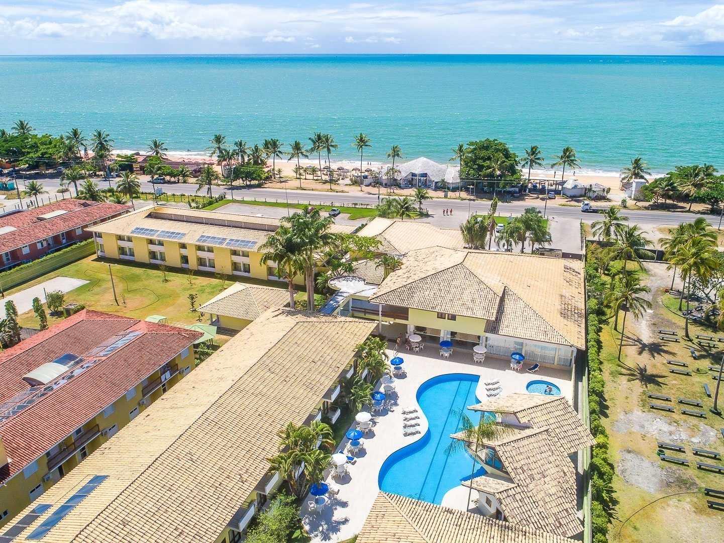 Localizado em frente à Praia de Taperapuan com gratuidade para 1 criança de até 7 anos.